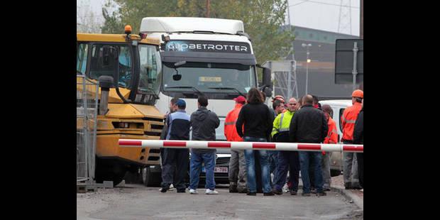 Duferco-NLMK: les ouvriers bloquent l'entrée de La Louvière - La DH