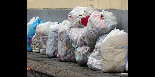Un chauffard éparpille les poubelles - La DH