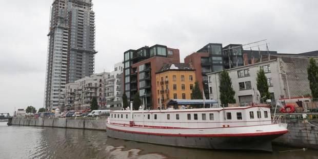 Deux policiers plongent dans le canal pour sauver un suicidaire - La DH
