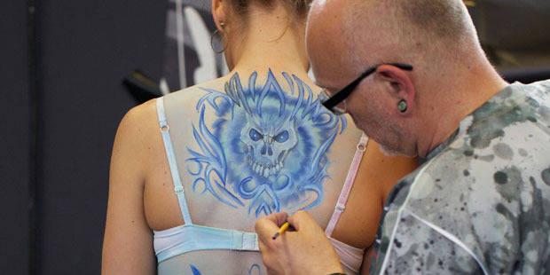 Un salon de tatouage sur deux pas en règle - La DH