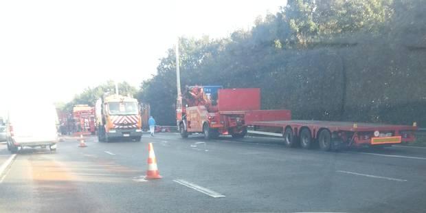 Un camion en feu et de gros embouteillages sur la E411 - La DH
