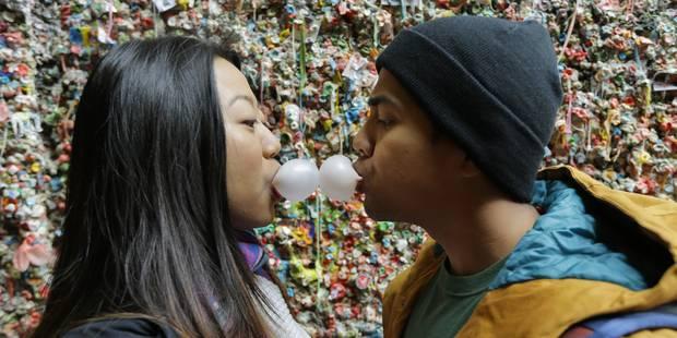 """Les chewing-gums du """"Gum Wall"""" de Seatle subissent le même sort que les cadenas de Paris - La DH"""