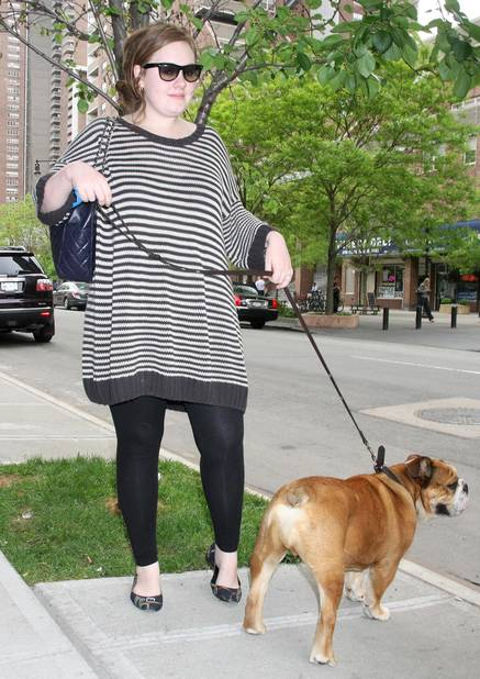 En mai 2008 avec son chien dans les rues de New York.