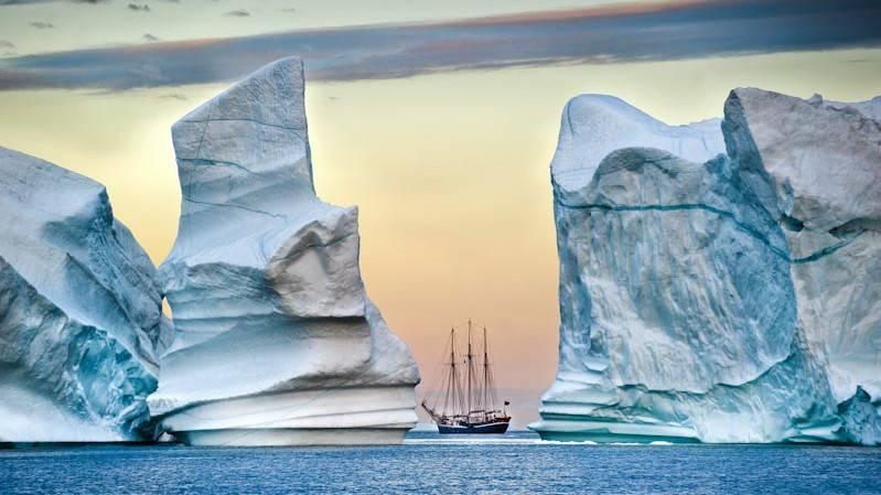 Reporter explorateur, Thierry Suzan part depuis des années à la rencontre des pôles. De ses expéditions avec des scientifiques, de ses rencontres avec les populations, la nature brute, l'infini des étendues glacées, les glaciers gigantesques, les climats extrêmes… il a rapporté des images extraordinaires. Pour mieux connaître ce qu'il faut absolument protéger, son