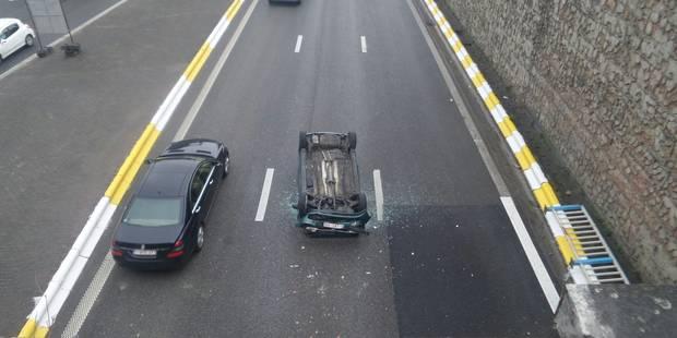 Charleroi: une voiture passe outre les barrières d'un pont et se retrouve sur l'A54 - La DH