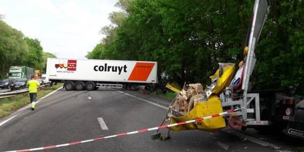 Un camion en travers de la chaussée sur l'A8 : la circulation totalement à l'arrêt - La DH