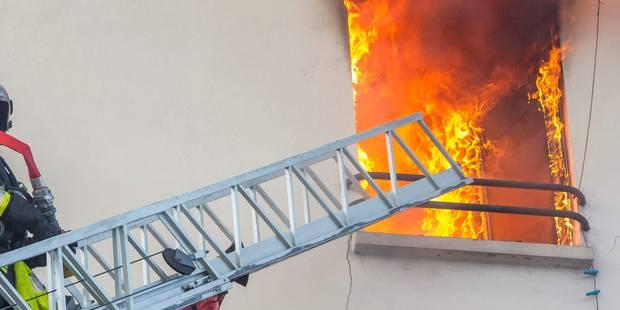 Le feu ravage un bar dans un immeuble à appartements de Charleroi - La DH