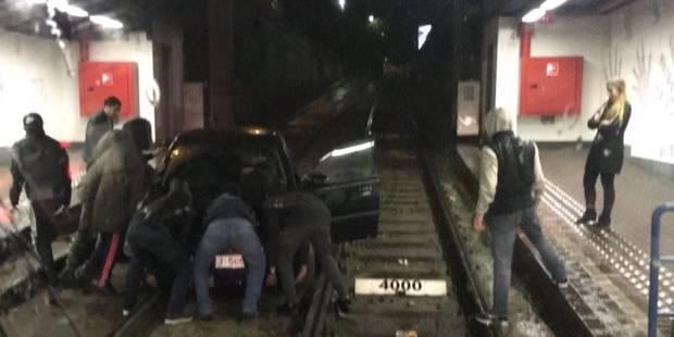 Bruxelles: une voiture se retrouve sur les rails du tram de la station Lemonnier (PHOTOS) - La DH