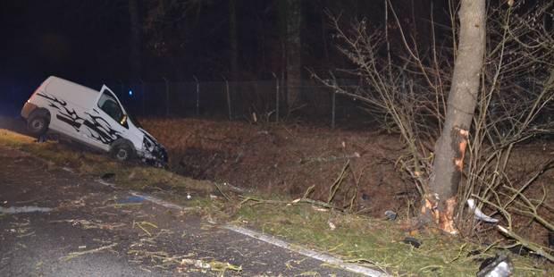 Deux jeunes éjectés d'une camionnette à Rosée: la passagère est décédée - La DH