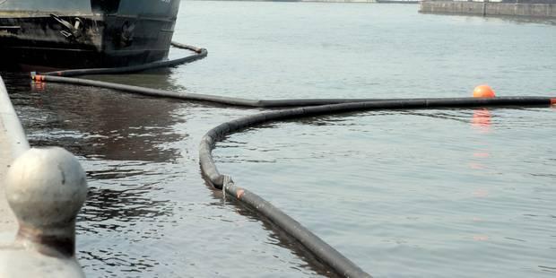 Environ 1.000 litres de mazout déversés dans la Sambre après un accident entre 2 péniches - La DH