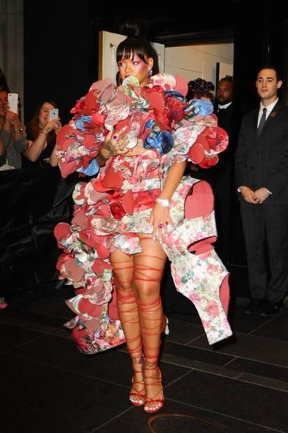 Rihanna avait joué la carte du thème à fond ! avec une robe signée Rei Kawakubo.