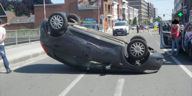 Gilly: une voiture sur le toit - La DH