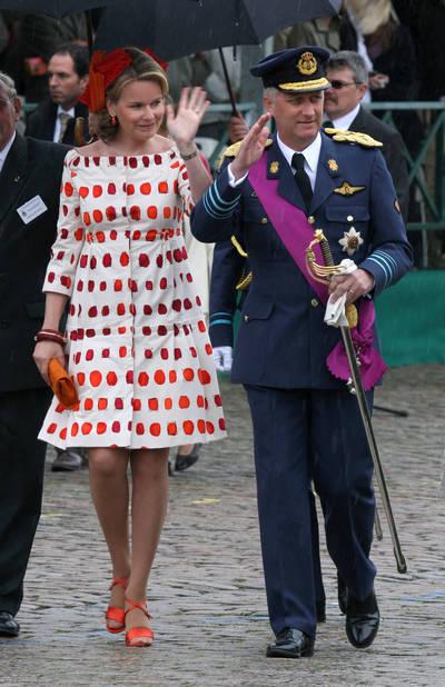 2008. Mauvais temps cette année-là, la princesse Mathilde apporte de la lumière au défilé militaire avec sa robe-manteau dont on reconnaît le style Natan.