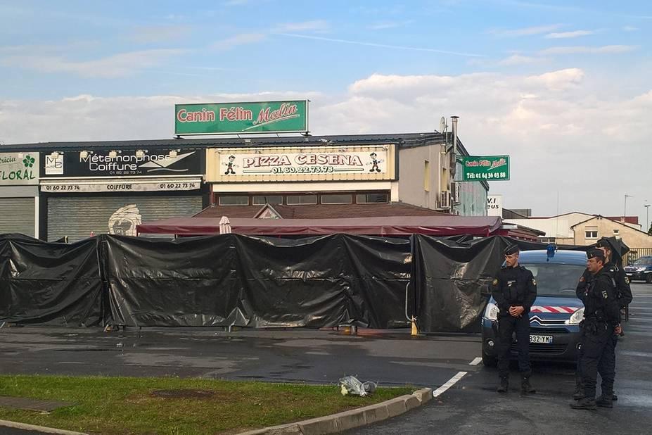 Une voiture fonce sur une pizzeria, un mort, 13 blessés — France
