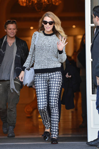Un matin à Paris en sortant de son hôtel. La star avait décidé de mixer les imprimés. Niveau couleurs heureusement, elle s'est limitée au noir et blanc.