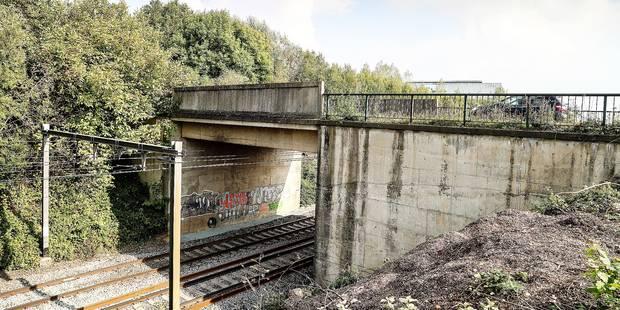 La commune d'Écaussinnes doit-elle entretenir un pont situé sur le territoire de Seneffe ? - La DH