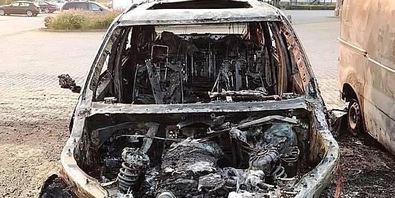 Une BMW X5 incendiée volontairement à Lasne (PHOTOS ET VIDEO) - La DH