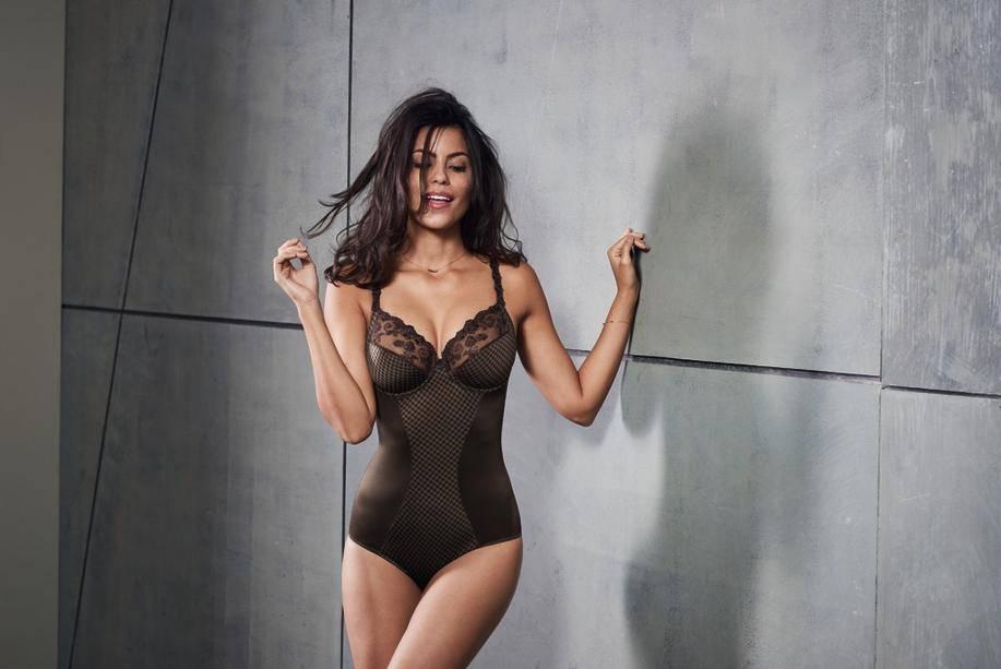 Gourmand. Le noir de la lingerie se marie avec un ton chocolat et un subtil motif pied-de-poule. Le décolleté est tout aussi gourmand…  99.95€ Rosa Faia