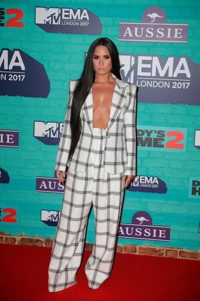 Demi Lovato en pyjama oversize qui dévoile presque tout (Giuseppe Zanotti)
