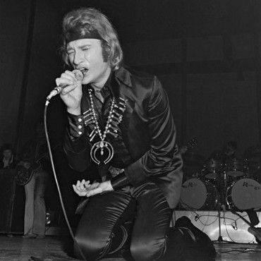 Bandana et bijoux ethniques, la bête de scène chante avec ses tripes. Une allure de shaman qui électrise la foule à la manière de Jim Morrison, le chanteur des Doors.