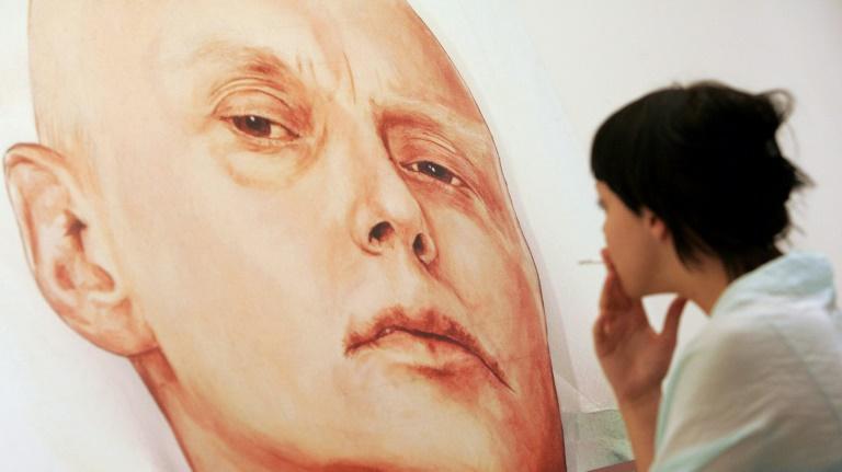 Portrait d'Alexandre Litvinenko sur son lit d'hôpital à Londres, réalisé par les peintres Dmitri Vrubel et Viktoria Timofeyeva. Photo prise dans une galerie de Moscou, le 23 mai 2007.