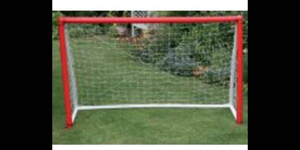 Des buts de foot peints en rouge pour marquer plus facilement - La DH