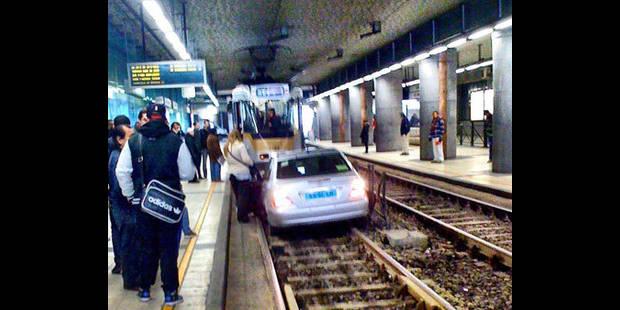 Une voiture sur les rails du métro bruxellois