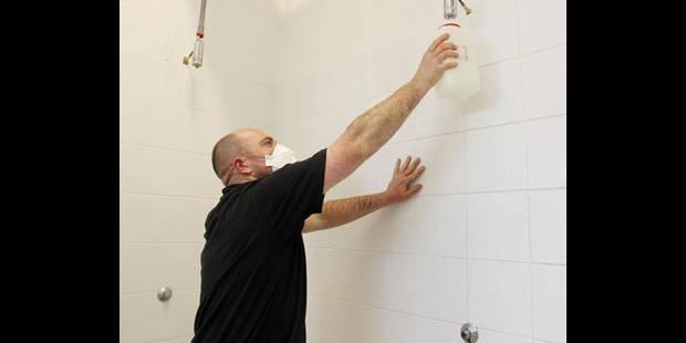 Douches communes sous haute surveillance - La DH