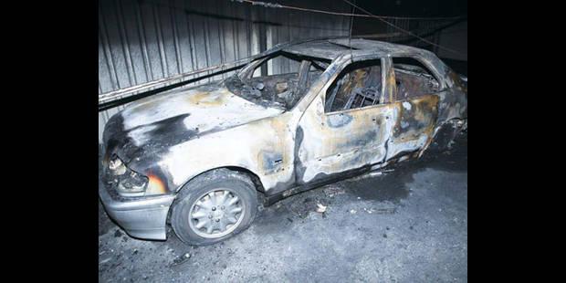 Voiture en feu, avenue de Versailles - La DH
