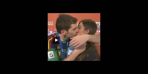Iker Casillas embrasse Sara Carbonero en direct (vidéo)