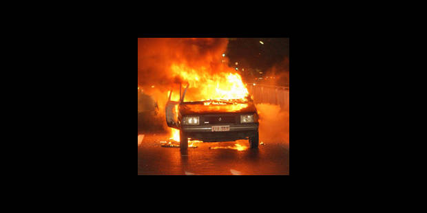 Encore une voiture en feu  hier soir à Anderlecht - La DH