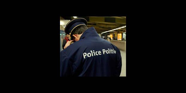 Strip-tease à la police - La DH