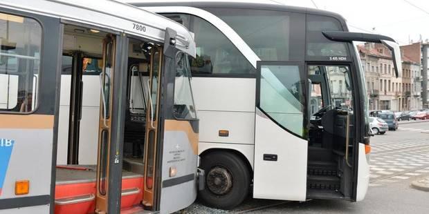 Un autocar encastré dans un tram à Laeken - La DH