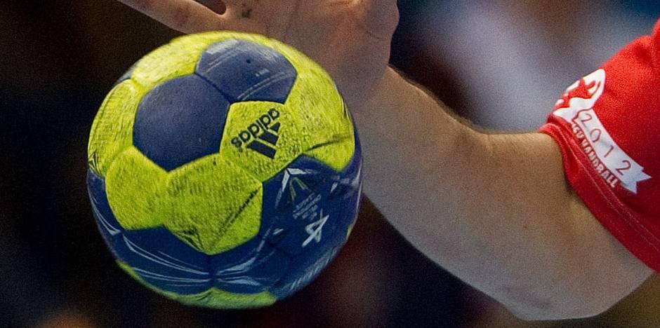 Un handballeur sort son sexe sur le parking d'un hypermarché
