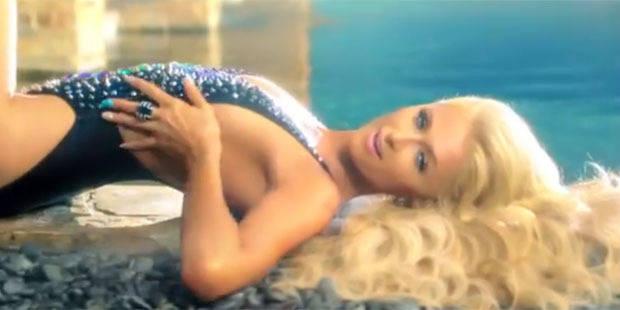 Paris Hilton de retour à la chanson et en bikini