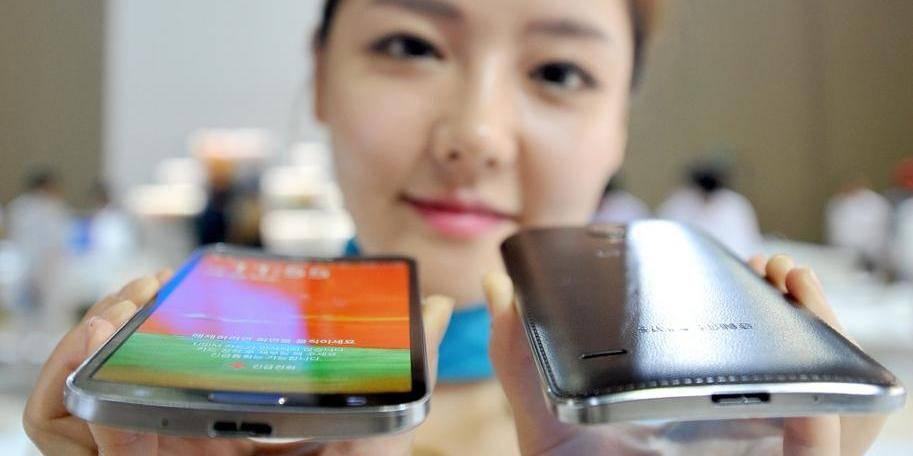 Samsung lance le premier smartphone à écran incurvé