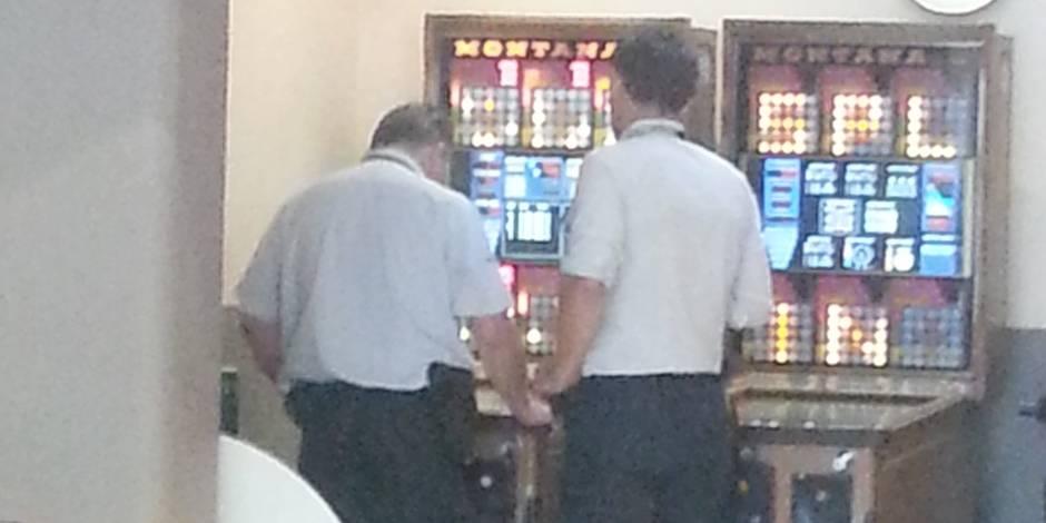 Deux flics jouent au bingo dans un café