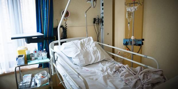 Il s'echappe de l'hôpital avec une blouse d'operation enfilee a l'envers - La DH
