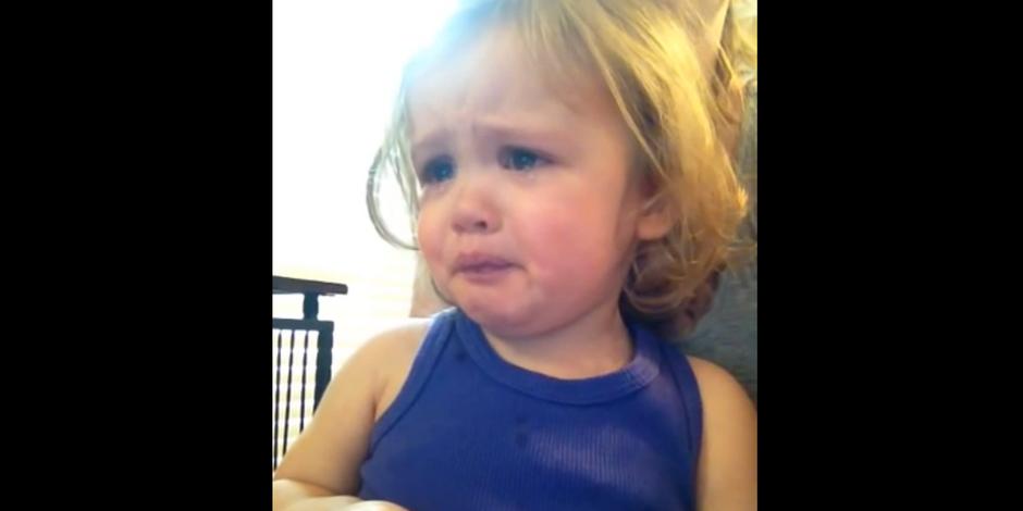 Elle pleure en entendant la chanson de mariage de ses parents