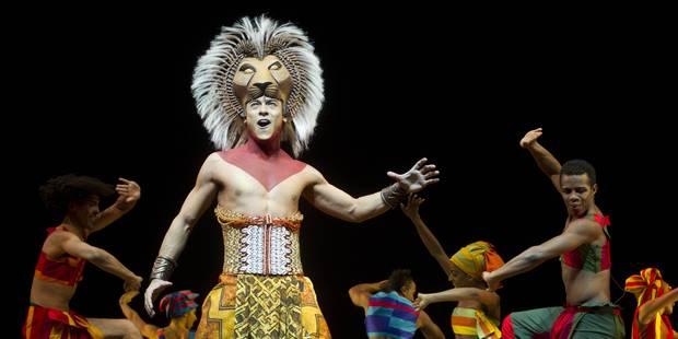 La troupe du Roi Lion transforme son avion en scène de spectacle - La DH