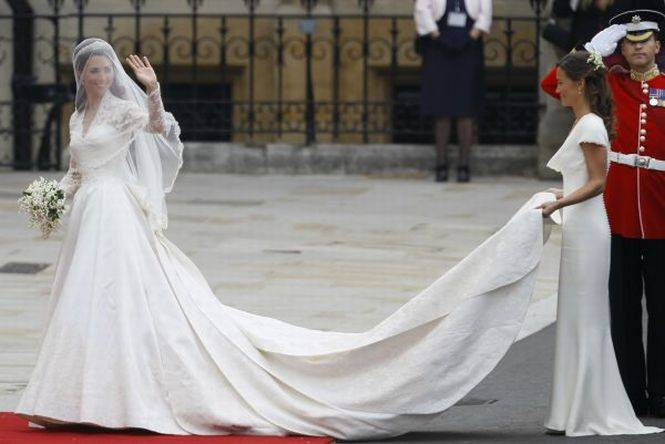 On savait presque tout en avance sur ce mariage royal mais le mystère restait entier sur la robe de la mariée avant le D-Day. C'est finalement dans une création de Sarah Burton, la directrice artistique de la maison Alexander McQueen que Kate Middleton est apparue. La robe de sa soeur Pippa a également fait sensation.