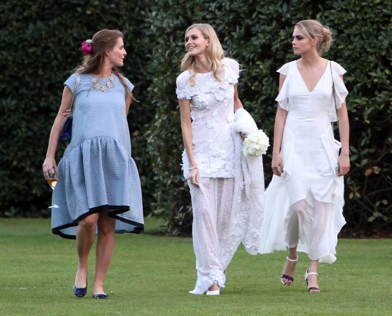 Poppy Delevingne joue la romantique bobo chic en robe Chanel, sa soeur Cara est elle aussi en blanc et en Chanel. Mais qui est la mariée ?