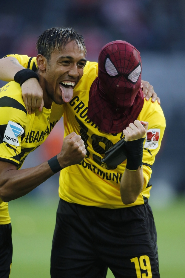 Aubameyang fête son but avec un masque de Spiderman! - DH.be Pierre Emerick Aubameyang Spiderman