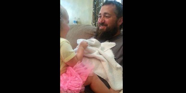 La vidéo étonnante d'une petite fille qui découvre son père sans barbe - La DH