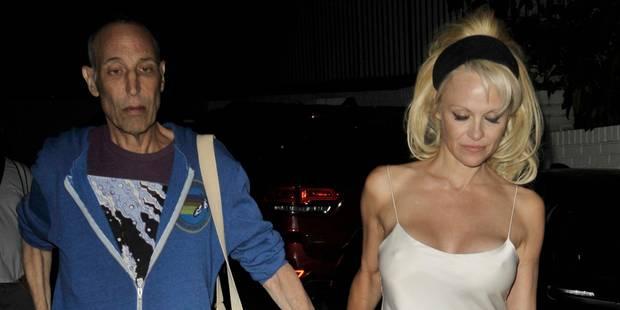 Pamela Anderson dévoile allègrement un sein - La DH