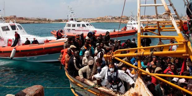 La marine italienne a pris le contrôle du cargo à la dérive avec 450 migrants - La DH