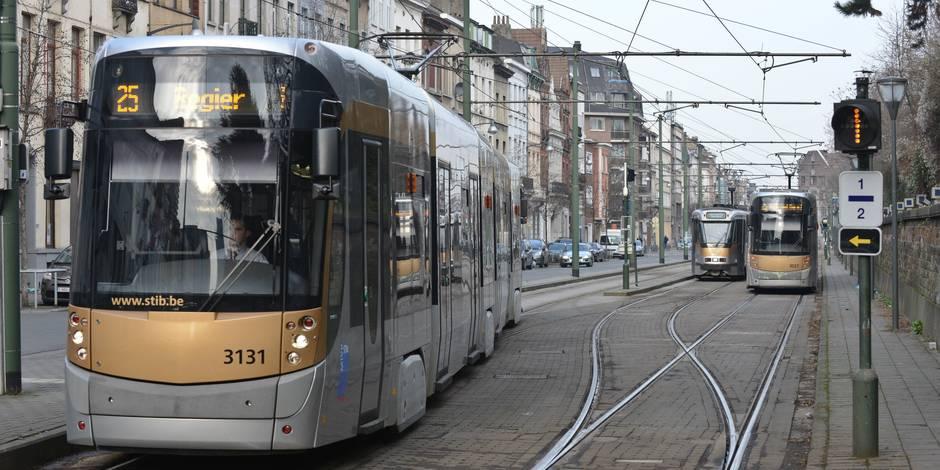 Il crache sur la conductrice du tram et lui reproche de ne pas être voilée