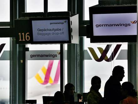 Passengers stand in front of a counter of the airline Lufthansa/Germanwings at the airport in Duesseldorf, Germany, 24 March 2015. Germanwings Flight 4U 9525 from Barcelona to Duesseldorf crashed near Barcelonnette, in the department of Alpes-de-Haute-Provence, France, with more than 140 passengers and six crew on board, German air traffic control said 24 March 2015. Reports suggest that none of the passengers on board have survived. Photo: OLIVER BERG/dpa Reporters / DPA