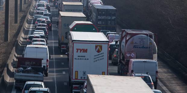 L'A12 Bruxelles-Anvers partiellement bloquée après un accident impliquant trois camions - La DH