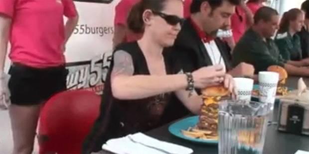 Elle engloutit un hamburger monstrueux en 2 minutes - La DH